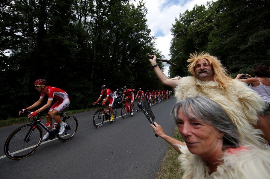 Un couple venu tout droit de la Préhistoire encourage les coureurs lors de l'étape entre Perigueux et Bergerac, le 11 juillet.