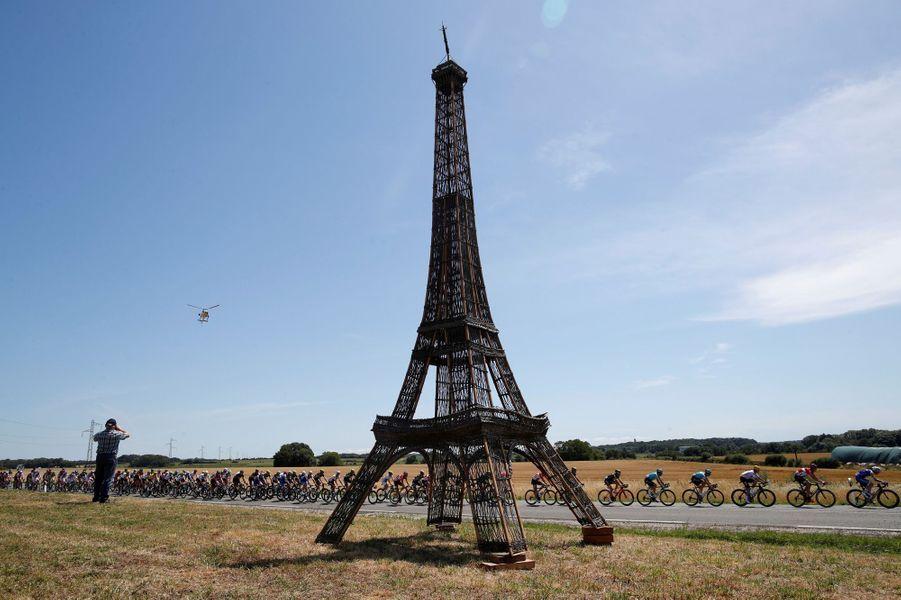 Un Tour Eiffel sur la route de la sixième étape reliant Vesoul à Troyes.
