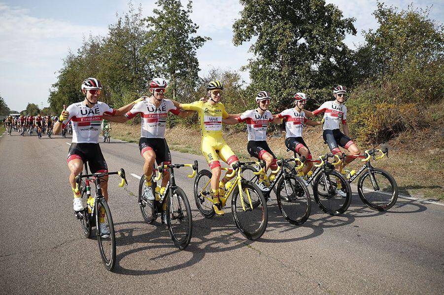 L'équipe de Tadej Pogacar fête le maillot jaune.