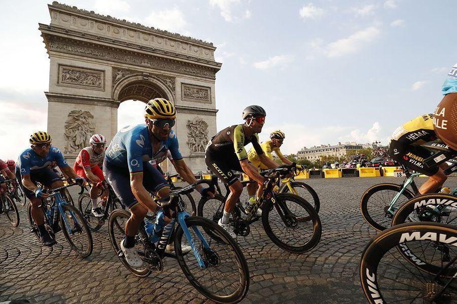 Les coureurs devant l'Arc de Triomphe.