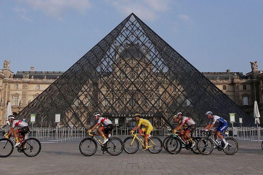 Les coureurs devant la Pyramide du Louvre.