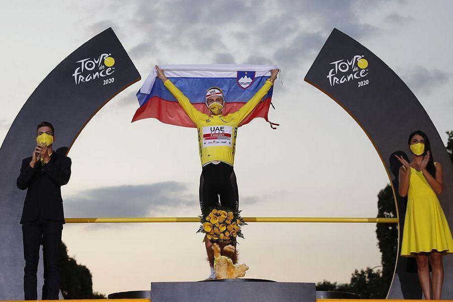 Tadej Pogacar célèbre son premier Tour de France.