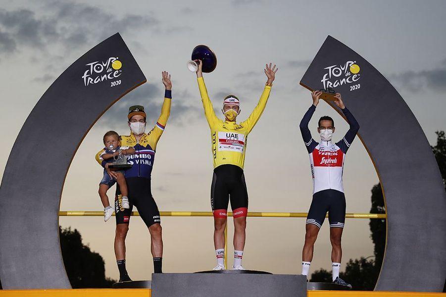 Le podium du Tour de France avec Roglic et Porte autour de Pogacar.