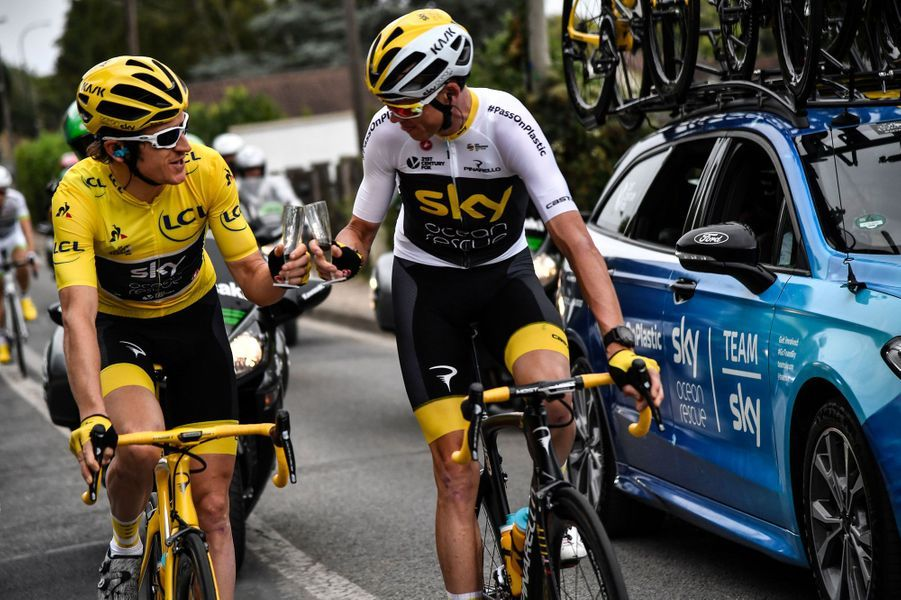 Geraint Thomas et Chris Froome trinquent, dimanche, sur la dernière étape du Tour de France.