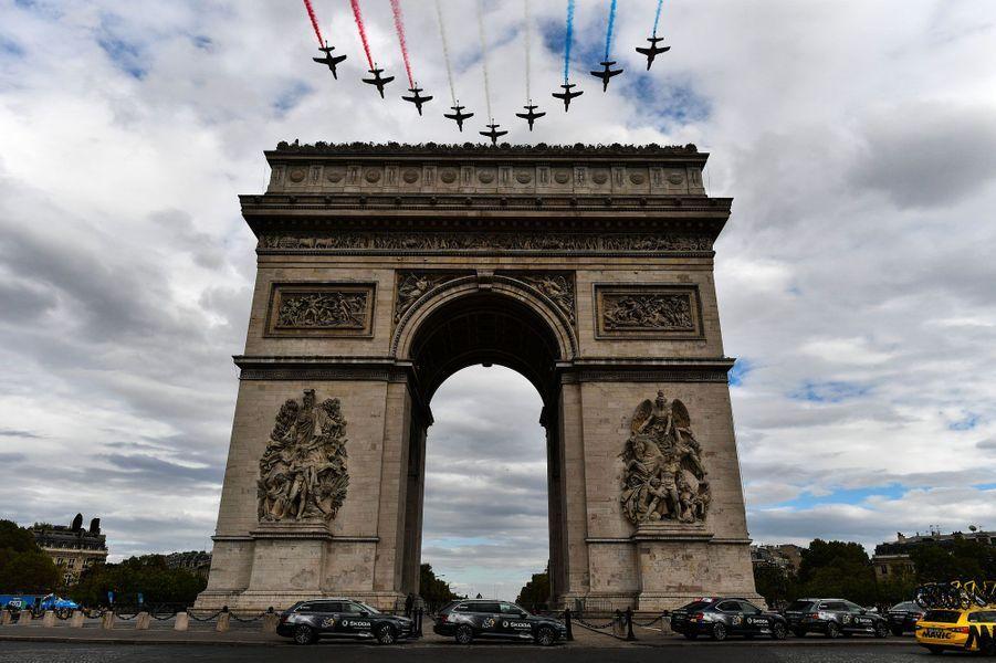 La patrouille de France survole le Tour de France, dimanche.