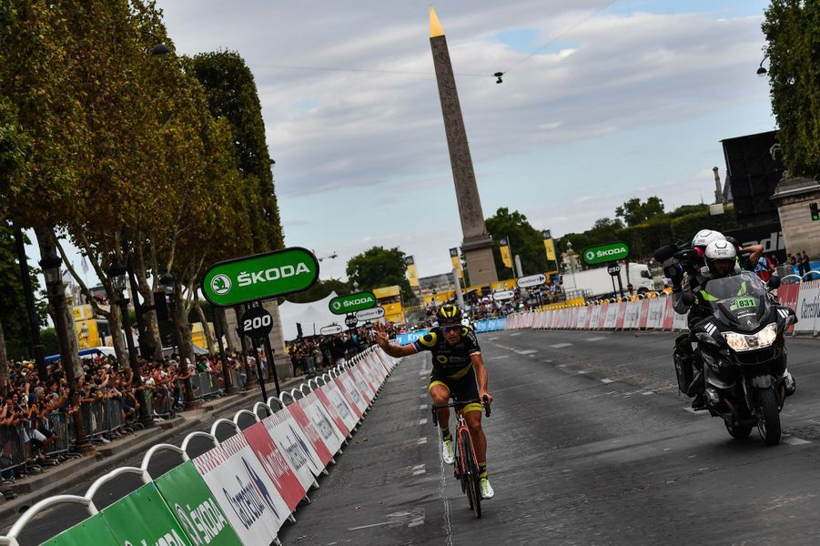 Le Français Sylvain Chavanel a effectué le premier passage de la ligne d'arrivée en tête, pour son dernier Tour de France après 18 participations.