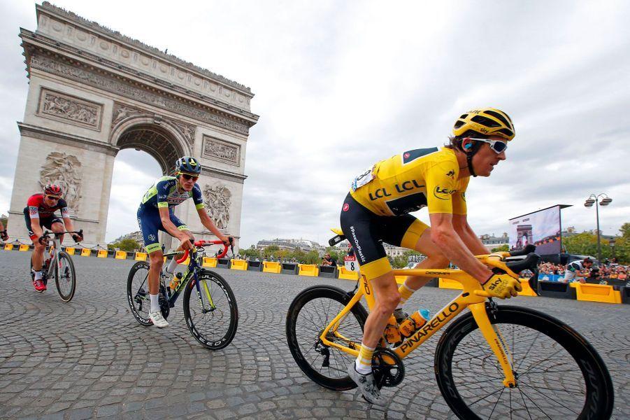 Le maillot jaune, Geraint Thomas, sur les pavés de la place de l'Etoile, à Paris, dimanche.