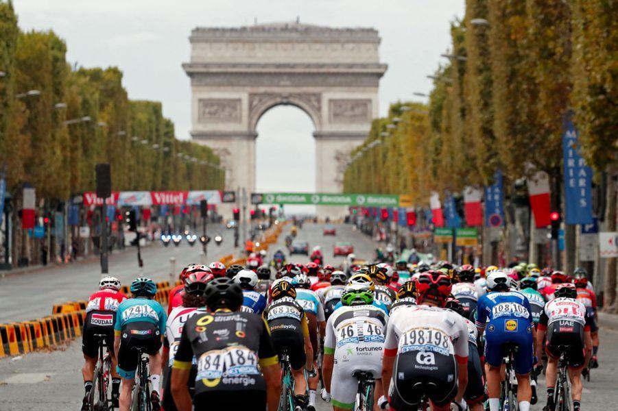 Les coureurs du Tour de France sur les Champs-Elysées, dimanche.