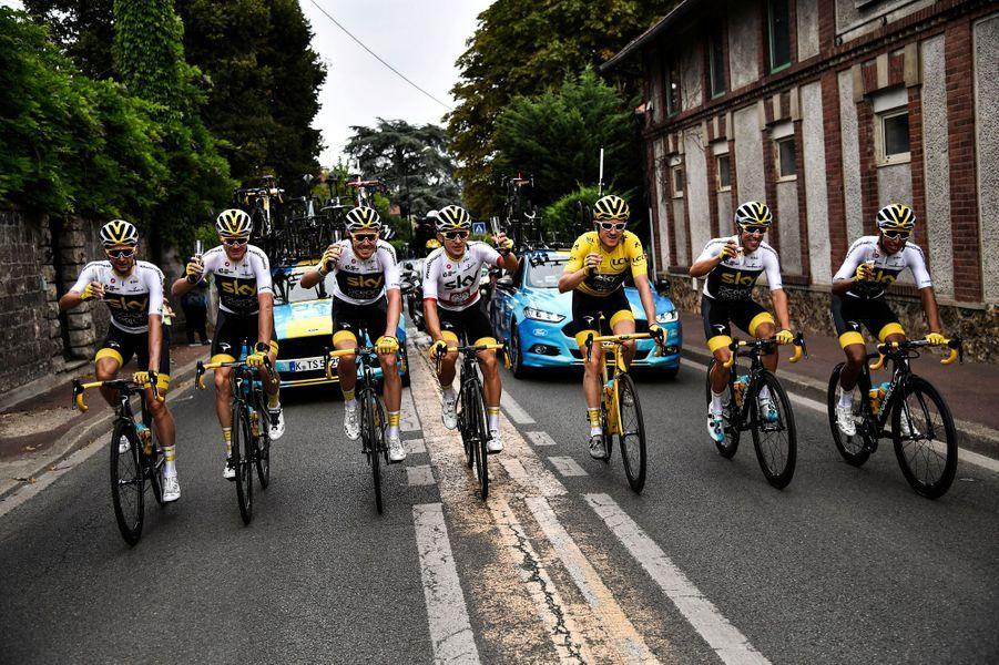 Toute l'équipe Sky, coupes de champagne à la main, dimanche, sur la dernière étape du Tour de France.