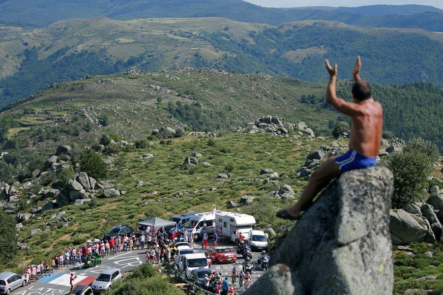 Vue imprenable pour regarder les coureurs passer lors de l'étape entreSaint-Paul-Trois-Chateaux et Mende, le 21 juillet.