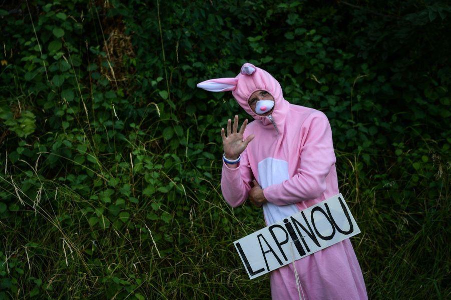 Un spectateur déguisé en lapin aperçu sur l'étapeLe Bourg-d'Oisans - Valence, le 20 juillet.