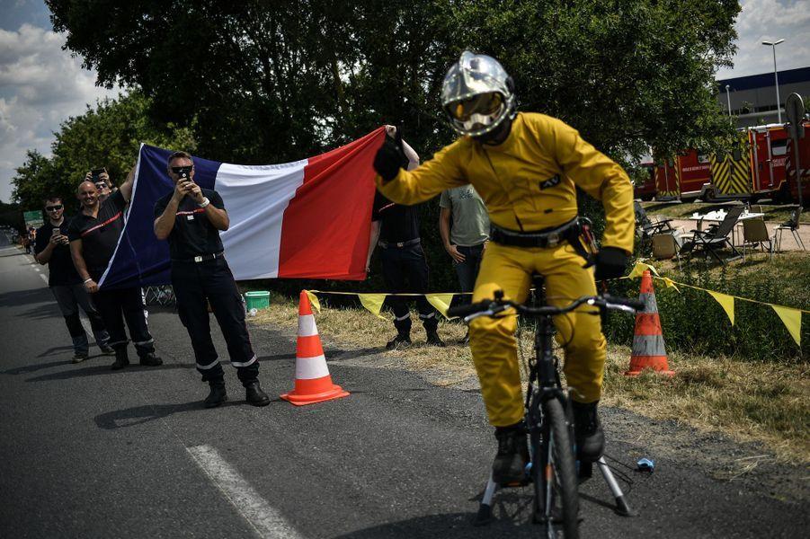 Les pompiers saluent les coureursentre La Baule et Sarzeau.