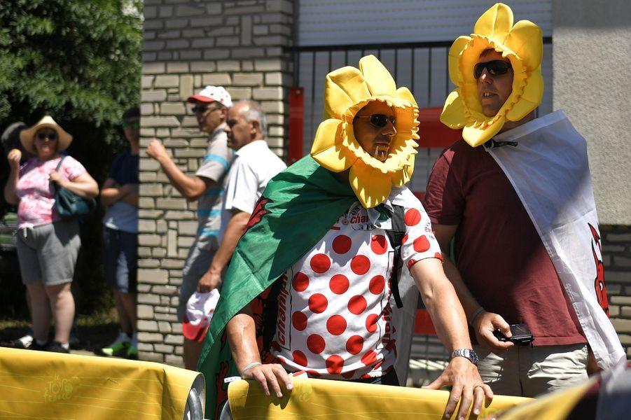 Des spectateurs déguisés en tournesol, à Cholet le 9 juillet.