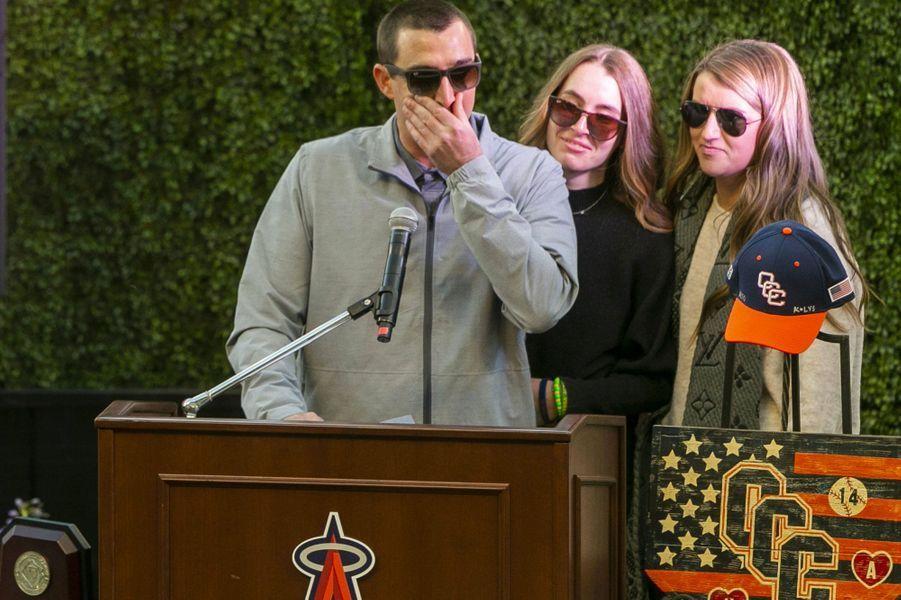 JJ., le fils de John Altobelli, a pris la parole. Il est entouré par sa femme et par Lexi, 16 ans, la fille des Altobelli et soeur d'Alyssa.
