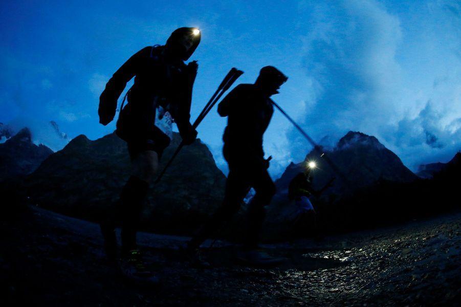 Deux coureurs de l'ultra-trail du Mont-Blanc près du lac Combal, en Italie.