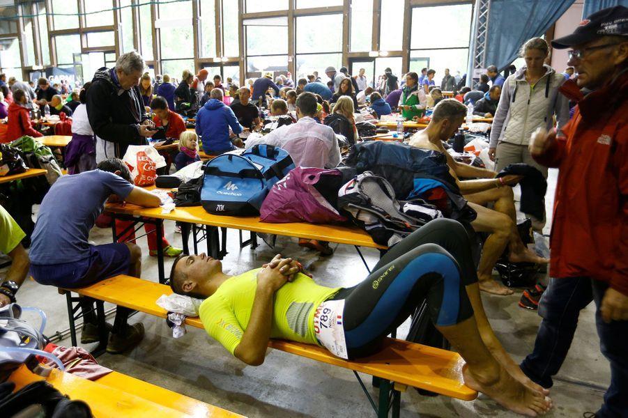 Un peu de repos pour les coureurs de l'ultra-trail du Mont-Blanc à Dolonne, en Italie.