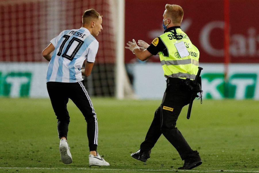 Un supporter du Barça est entré sur le terrain pendant le match face à Majorque, le 13 juin 2020.