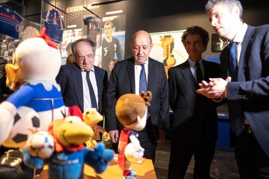 Noël Le Graët, président de la FFF,Jean-Yves Le Drian, ministre de l'Europe et des Affaires étrangères etJack Lang, président de l'IMA visitent l'exposition célébrant les 100 ans de la FFF, le 8 avril.