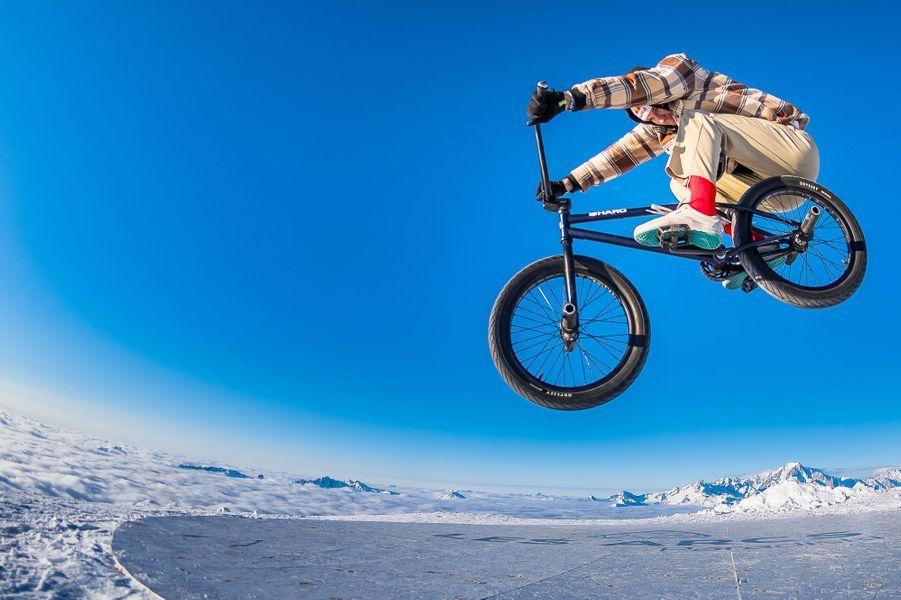 Matthias Dandois a posé ses roues, à 3200 mètres d'altitude, au sommet de l'Aiguille Rouge.