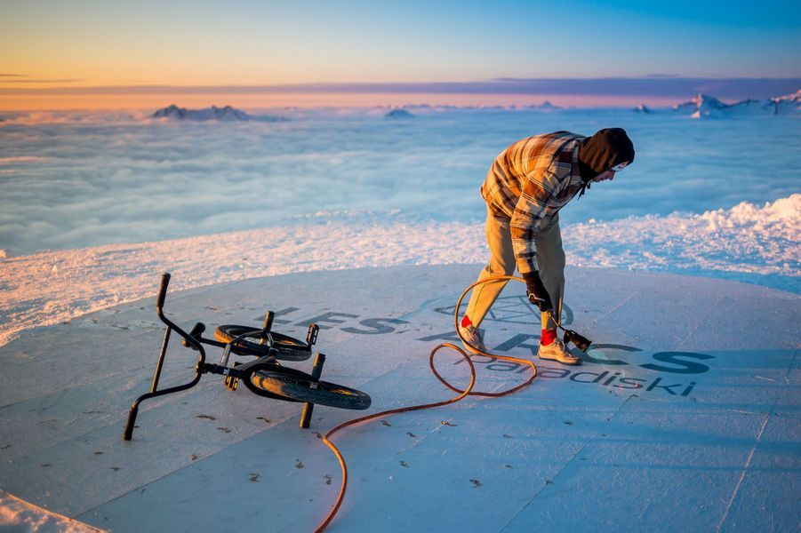 Matthias Dandois a posé ses roues,à 3200 mètres d'altitude, au sommet de l'Aiguille Rouge.