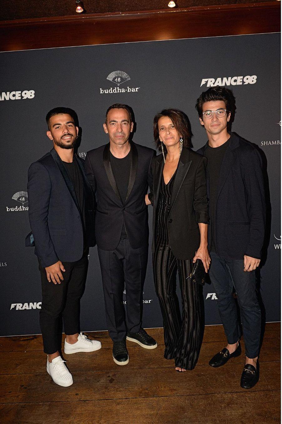 La famille Djorkaeff : Youri, sa femme, Sophie, leurs fils, Oan et Sacha.