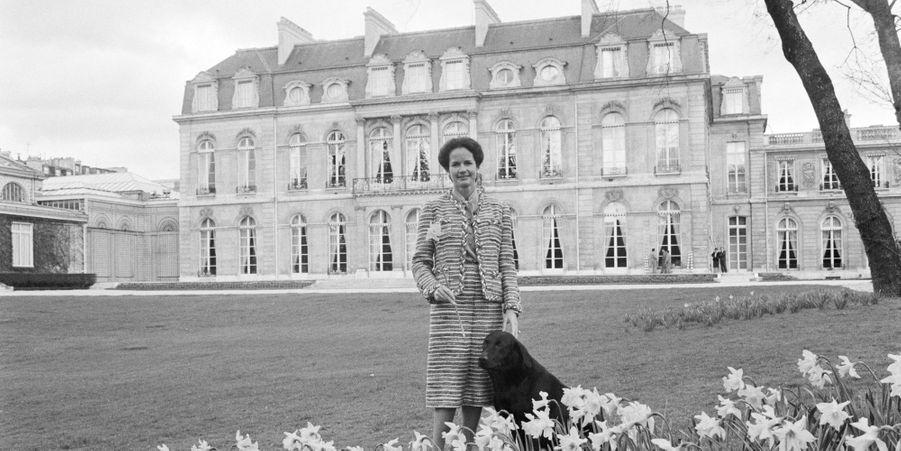 Anne-Aymone Giscard d'Estaing avec Samba le labrador, dans les jardins de l'Elysée en avril 1980