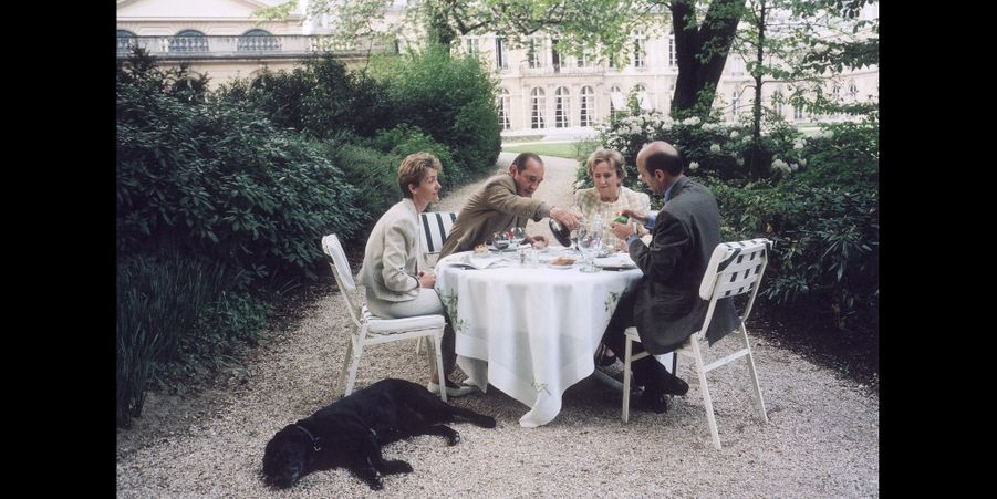 Bernadette et Jacques Chirac reçoivent Isabelle et Alain Juppé à l'Elysée avec Maskou le labrador, en avril 1996