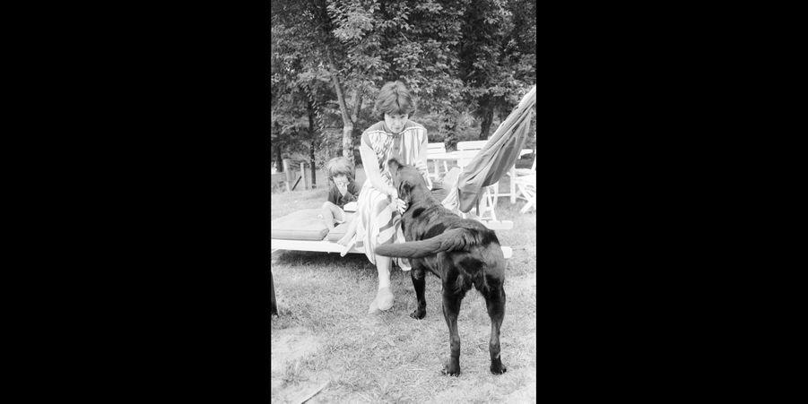 Danielle Mitterrand avec Nil le labrador, en août 1981