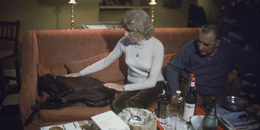 Georges et Claude Pompidou avec Jupiter le labrador, en décembre 1969