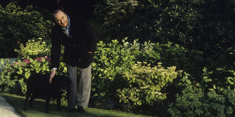 Jacques Chirac dans les jardins de l'Elysée avec Maskou le labrador, en avril 1997