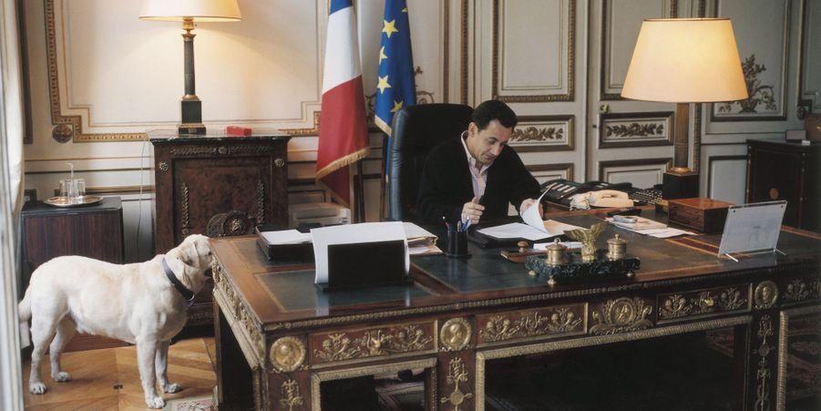 Nicolas Sarkozy au ministère de l'Intérieur avec Indy le labrador, en mai 2002