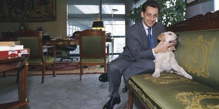 Nicolas Sarkozy au ministère du Budget avec Indy le labrador, en mars 1994