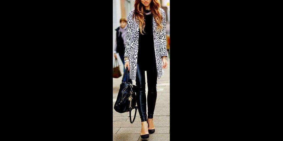 L'imprimé léopard a souvent joui d'une mauvaise image dans l'esprit l'esprit des femmes. Parfois considéré comme vulgaire, à tord, il a pourtant su traverser les saisons depuis les années 50 et s'imposer comme un classique. Populaire dans les grandes maisons de haute couture telles que Balmain, Dior ou encore Yves Saint Laurent, le motif léopard s'est imposé comme un classique dans la garde robe des modeuses les plus pointues.Comment porter le léopard et obtenir un look tendance ? Tout simplement en l'imposant par petite touche dans son look. Une pièce léopard sera forte, il faudra donc l'associer à des couleurs sobres et des coupes minimalistes. Esquivez le fashion faux pas en évitant d'associer trop de pièces léopard ensemble. Il faut savoir utiliser cet imprimé avec parcimonie, mais une fois apprivoisé, le motif léopard se révèle être un atout non négligeable afin de transformer une tenue classique en un véritable look de «It Girl». De nombreuses célébrités telles que Miranda Kerr, Sienna Miller ou encore Alexa Chung apprécient toujours de porter des pièces fortes en motif tacheté.Spécialement pour vous, nous avons sélectionné les pièces phares inspirantes et adaptées pour vos looks du quotidien, que vous pourrez autant mettre pour aller travailler comme pour aller au restaurant.Ce manteau en cuir végétal prouve que l'on peut être élégante en léopard. (voir l'épingle)Suivez nous sur Pinterest!