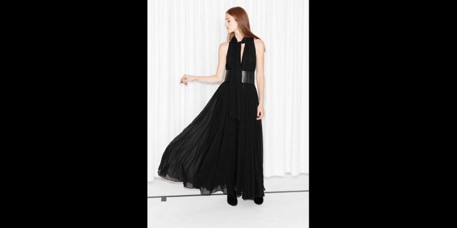 Une sublime robe longue agrémentée d'une large ceinture pour marquer la taille. (voir l'épingle)Suivez nous sur Pinterest!