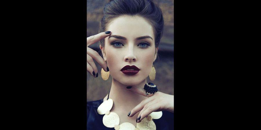 Après avoir déniché une jolie tenue pour le Nouvel An, il reste à trouver un maquillage adéquat. Vous êtes chanceuses, il y en a pour tous les goûts cette année !La grande tendance incontournable de 2015 est le rouge à lèvres mat, impossible de passer à côté. Les couleurs se font sombres, mystérieuses et parfois difficiles à assumer pour les plus timides. Le rouge à lèvres mat nécessite également une parfaite maîtrise afin d'appliquer correctement les couleurs les plus sombres sur ses lèvres, il est difficile de rattraper une erreur ou un dérapage avec le mat, il a malheureusement tendance à sécher très rapidement et tenir extrêmement bien. Il a également tendance à dessécher les lèvres, c'est pourquoi il faut impérativement hydrater ses lèvres avant l'application de ce genre de produit.Pour ne pas faire d'erreur, le teint doit être parfait et surtout les couleurs sombres sont à éviter si vos dents sont un peu trop jaunes…Heureusement, il reste une autre tendance : le nude. Exit les couleurs sombres et vampiriques : les couleurs rosées, dorées et lumineuses sont à l'honneur ! Les rouges à lèvres sont également rosés ou beiges, parfois glossés. Les yeux sont peu maquillés, généralement juste un peu de mascara et un léger trait de liner noir. Le teint doit être lumineux et glossy, rehaussé par une touche de blush rosé ou pêche.Le rouge à lèvres couleur rouge sang reste un incontournable, c'est le look classique pour un maquillage festif et sensuel. Le trait de liner noir apparait également dans la plupart des looks, alors à vos pinceaux !Découvrez également notre sélection derobes pour le Nouvel An repéréessurPinterest.