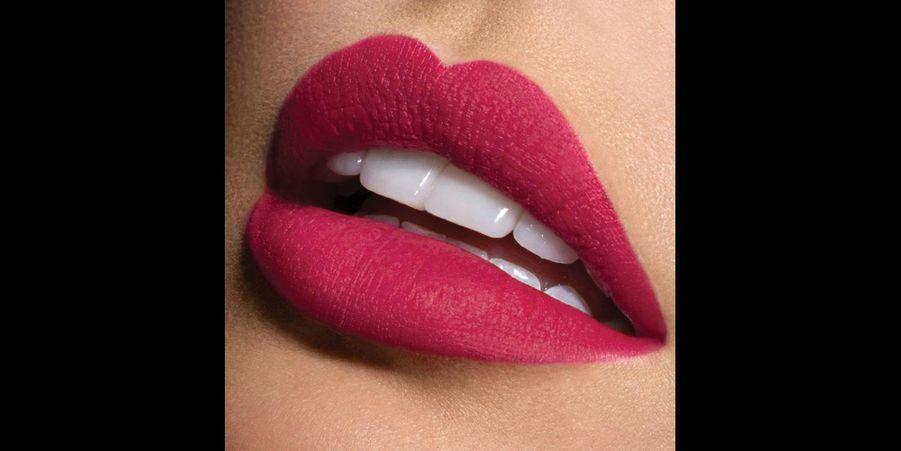 Une laque à lèvres rose foncé mat, idéal pour celles qui n'osent pas le rouge. (voir l'épingle)Suivez nous sur Pinterest!