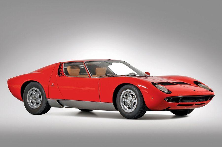 Né sous le signe du Taureau, Ferruccio Lamborghini se lasse du manque de fiabilité de ses Ferrari. Le 30 octobre 1963, l'industriel italien, qui a fait fortune dans les tracteurs, se lance dans l'automobile. Trois ans plus tard, la marque passe à la postérité grâce à la Miura, qui tire son nom d'un fameux élevage de taureaux de corrida.