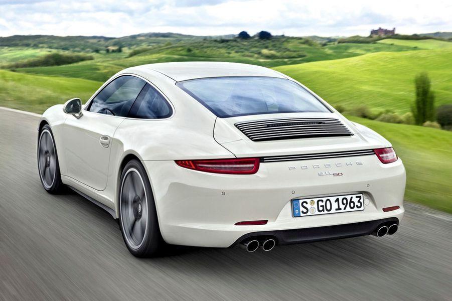Pour célébrer les 50 ans de la reine des voitures de sport, Porsche en révèle une édition limitée à… 1 963 exemplaires. Développée sur la base de la Carrera S, la 911 anniversaire en reprend le fameux six-cylindres à plat en porte-à-faux arrière. Puissance (400 ch), vitesse maxi (300 km/h) et prix (122 792 €) sont en phase avec sa réputation.