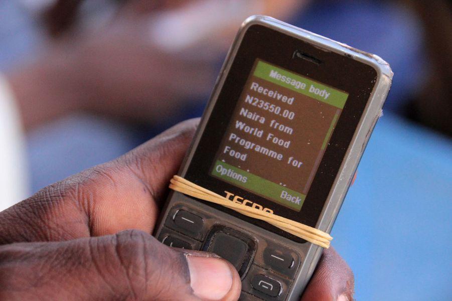Alertes mises en place pour avertir la population qu'ils ont reçu un paiement dans le camp de Muna, Nigeria, le 24 janvier 2017