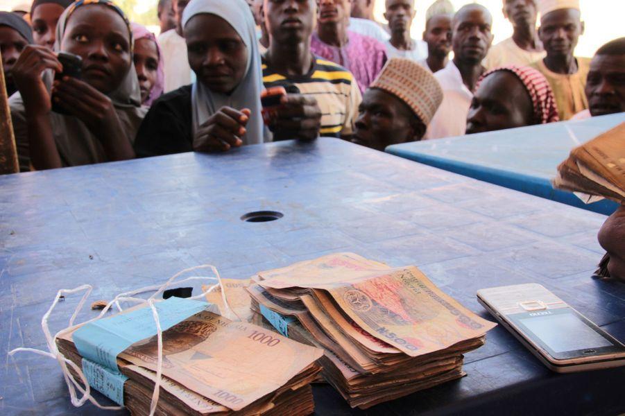 Distribution d'argent dans le camp de Muna, Nigéria, le 24 janvier 2017