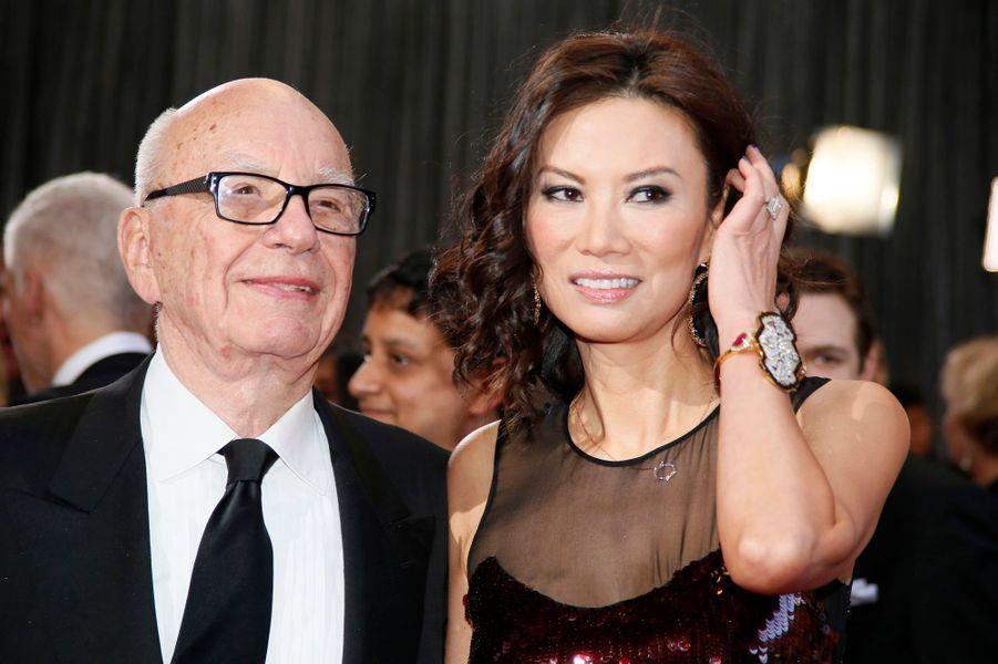 Cela aurait pu être le divorce le plus cher de tous les temps -et Rupert Murdoch aurait battu son propre record. Mais les ex-époux se sont rapidement (et en toute discrétion) mis d'accord sur les termes de leur divorce en novembre dernier.L'octogénaire a laissé à son ancienne moitié le splendide triplex new-yorkais de la chic 5èmeAvenue, acheté 44 millions de dollars en 2004, où elle continuera de vivre avec leurs deux filles, Grace et Chloe. Il laisse également à Wendi Deng leur maison de Pékin, mais il garderait celle de Londres.