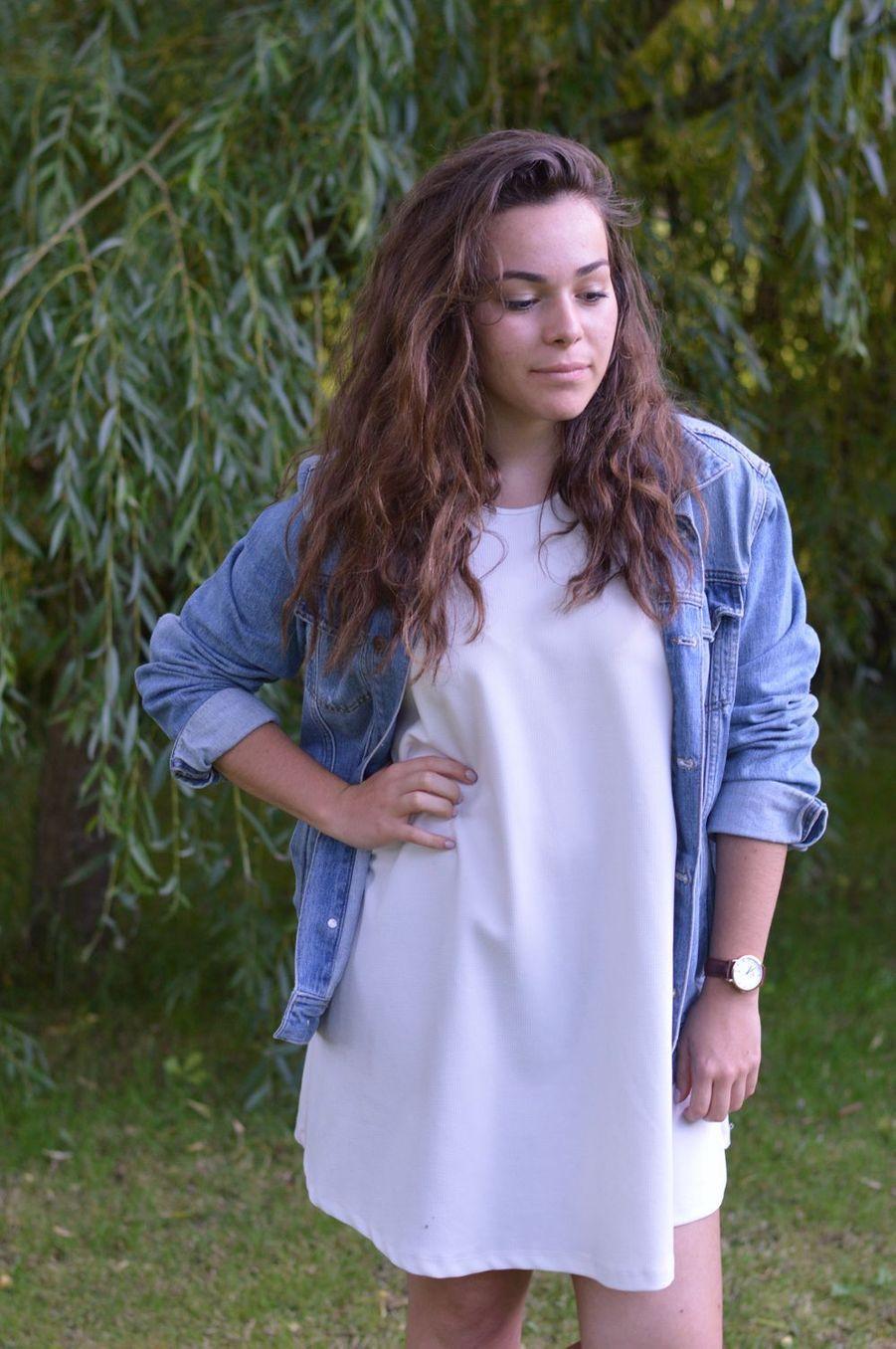 Avec une petite robe blanche : parfaite pour une soirée en été