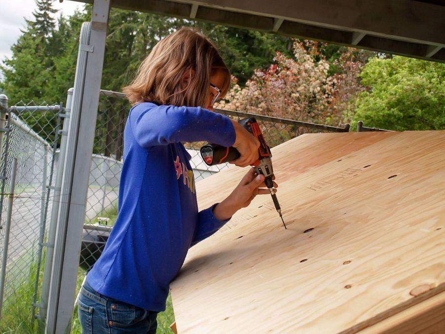Hailey Ford fixe le toit.