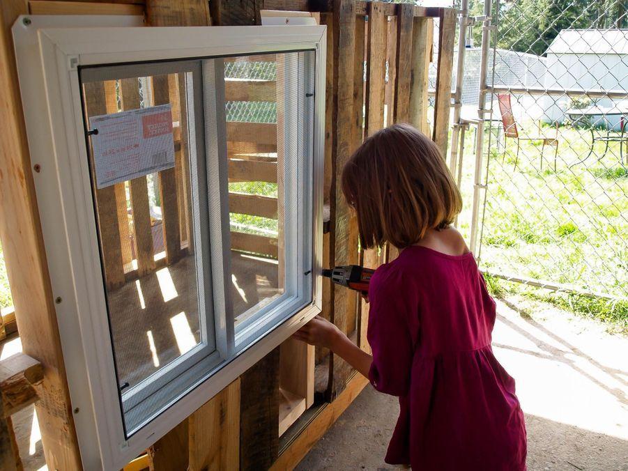 Hailey Ford s'attaque aux fenêtres.