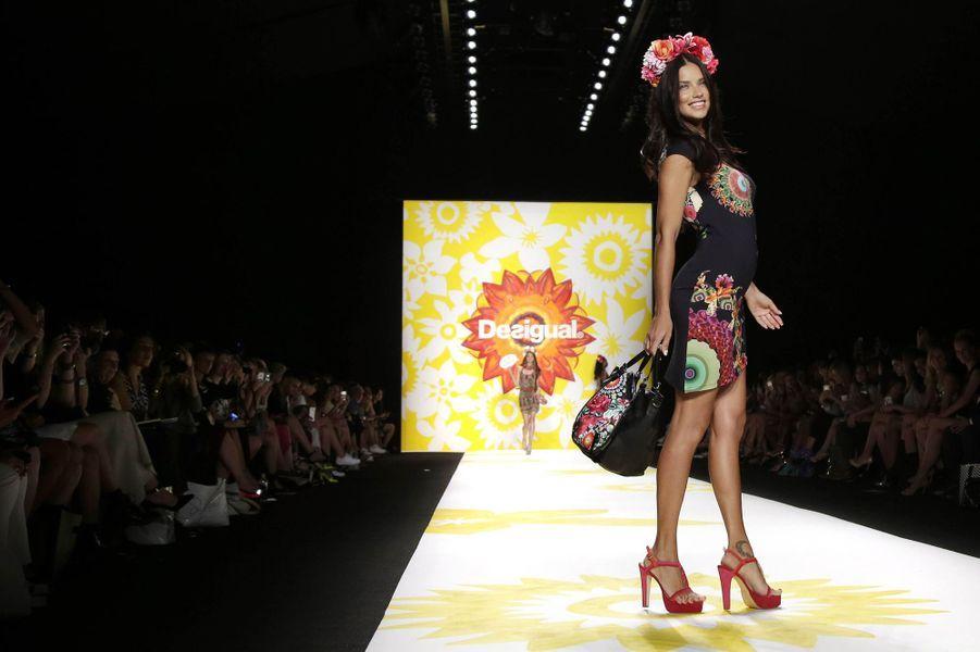 Adriana Lima au défilé Desigual