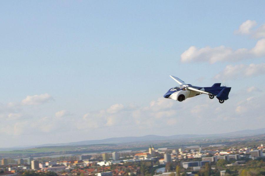 """l'""""AeroMobil 3.0"""" peut atteindre 200 km/h dans les airs"""