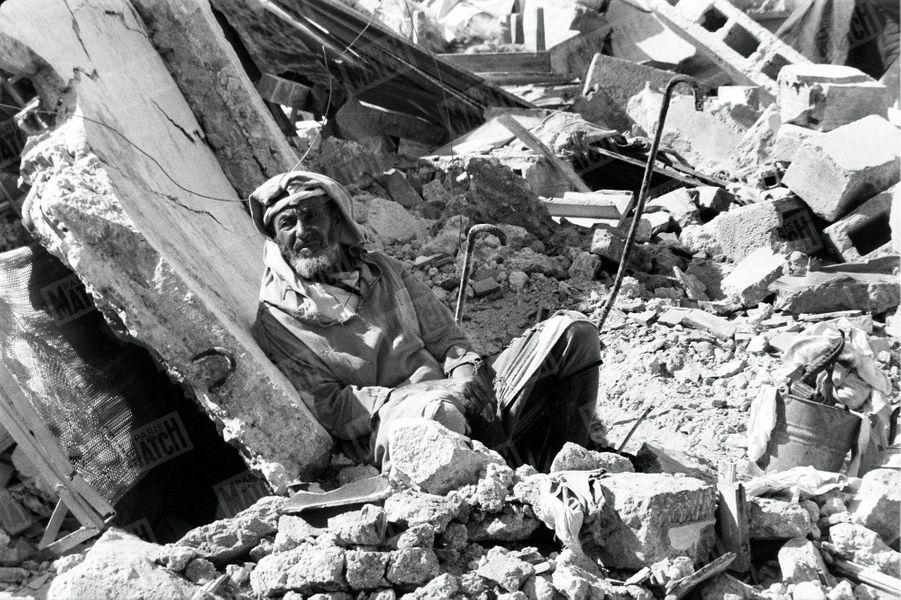« Agadir est vraiment morte. Les bulldozers vont achever de la raser. Devant son horizon de ruines, un vieillard est assis. Il a échappé au désastre, il est indemne. Pourtant, il reste assis sur les ruines de sa maison. Un marin l'a appelé « Monsieur Mektoub » (mektoub veut dire : « C'était écrit. »). Il est la parfaite illustration du fatalisme arabe. Mais il faudra, malgré sa résistance, que les sauveteurs l'emmènent au centre d'hébergement. » - Paris Match n°570, 12 mars 1960