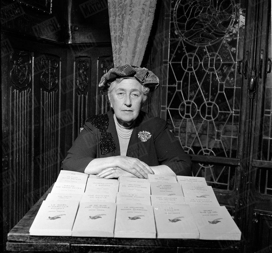 Agatha Christiedevant ses livres,lors de sa toute première rencontre avec Match, à Paris en 1955.« Je n'ai pas d'imagination. Pour inventer mes criminels, j'observe mes amis » - Paris Match n°345, 19 novembre 1955