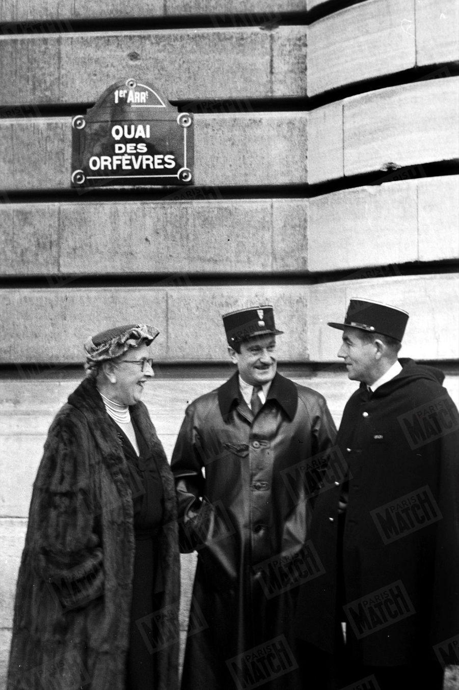 « Pour se documenter, elle interroge deux agents. Son prochain romain doit se passer à Paris. » - Paris Match n°345, 19 novembre 1955