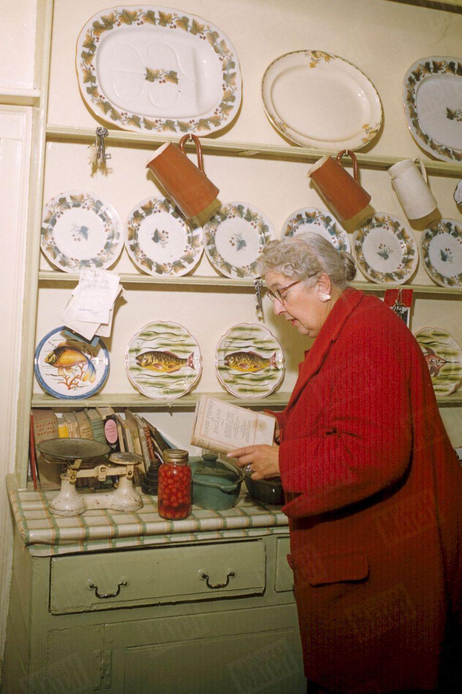 """«""""J'aime la nourriture"""", avoue simplement Agatha Christie cordon-bleu, pour qui la """"pie"""" aux cerises et à la crème vaut le meilleur roman » - Paris Match n°411, 23 février 1957"""